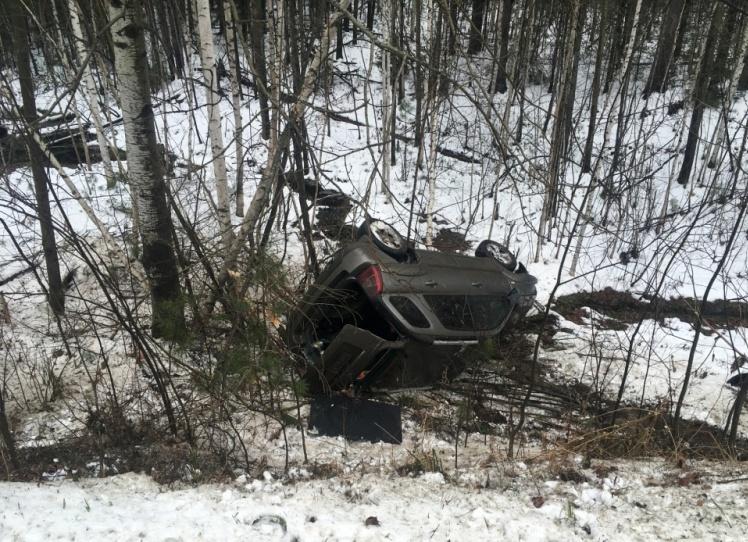 Иномарка съехала с трассы на севере Томской области и перевернулась