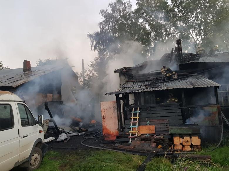 В Томске пожарные спасли женщину и грудного ребенка, застрявших в горящем доме