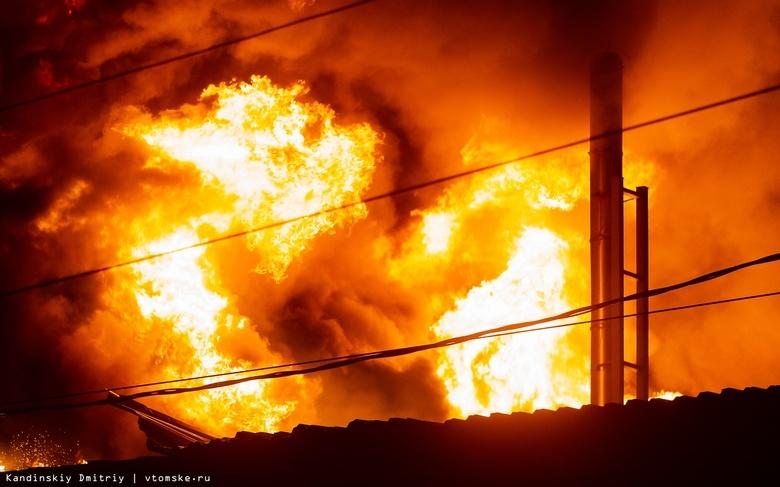 Пожарные спасли трех человек из горящего здания букмекерской конторы в Томске