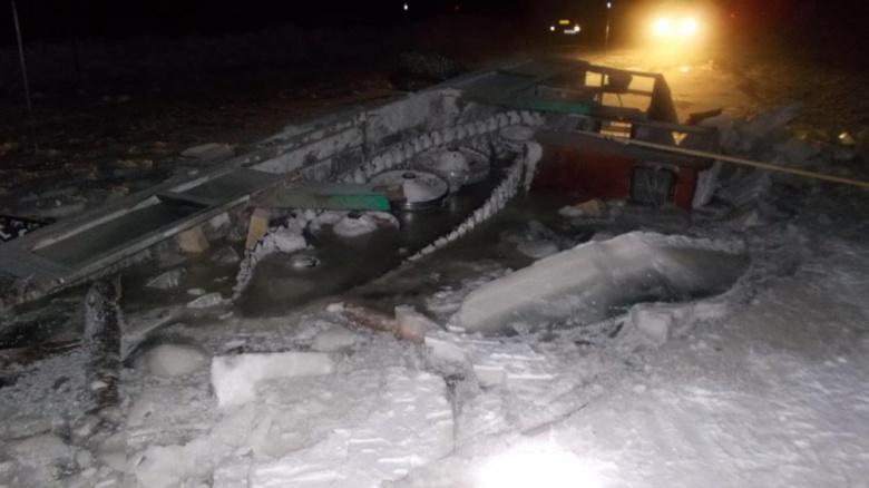 КамАЗ разрушил ледовую переправу в Томской области, перевозя гусеничный трактор