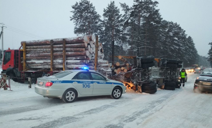 Лесовоз опрокинулся на Кузовлевском тракте в Томске, образовалась пробка