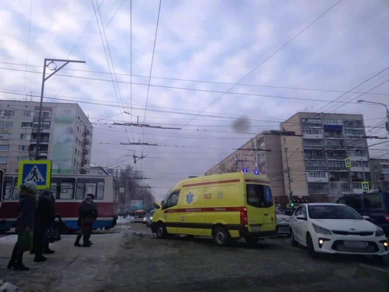 Машина реанимации и трамвай столкнулись в Томске