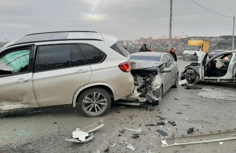 Водители двух BMW попали в больницу после крупного ДТП на ул.Балтийской