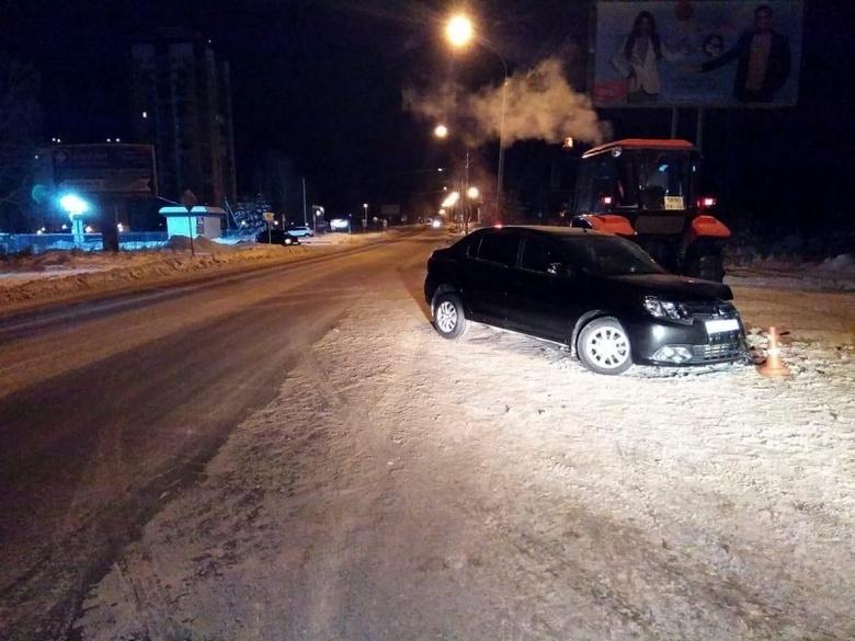 Водитель Renault пострадал в ДТП со снегоуборочным трактором в Томске