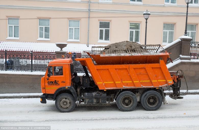 Дороги в Томске начали посыпать песком