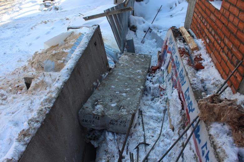 Железобетонная плита упала на рабочих в Томске, трое пострадали
