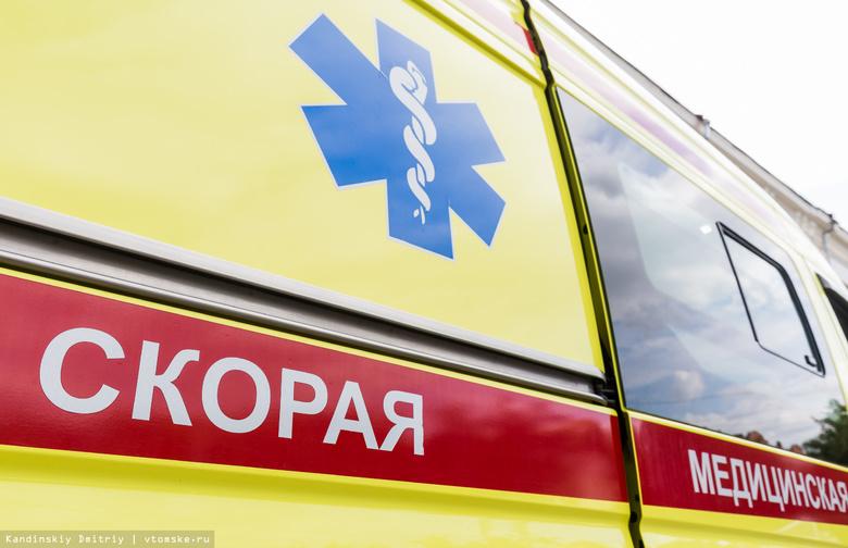 Женщина с ребенком попали под колеса авто во дворе дома в Томске
