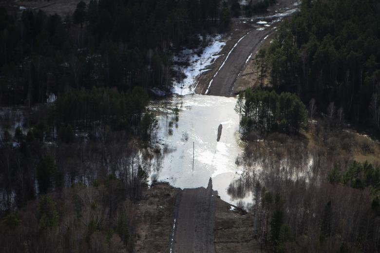 Дорогу в Томской области подтопило из-за паводка
