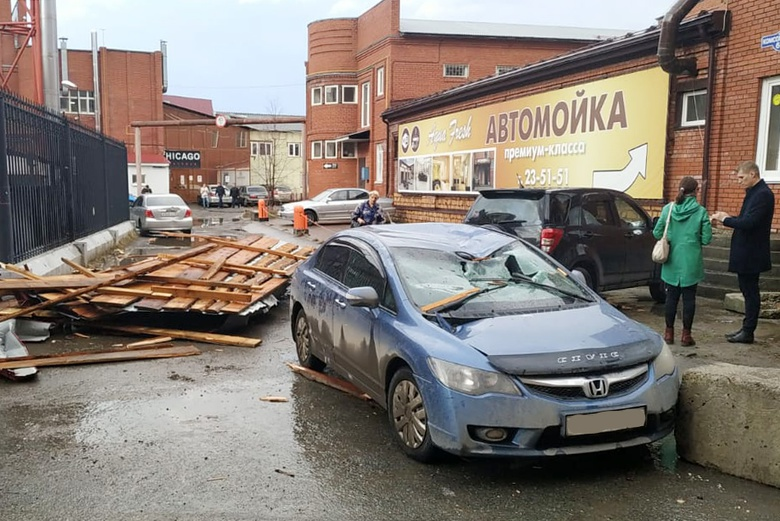 Водитель в Томске получил травму из-за упавшей на машину кровли