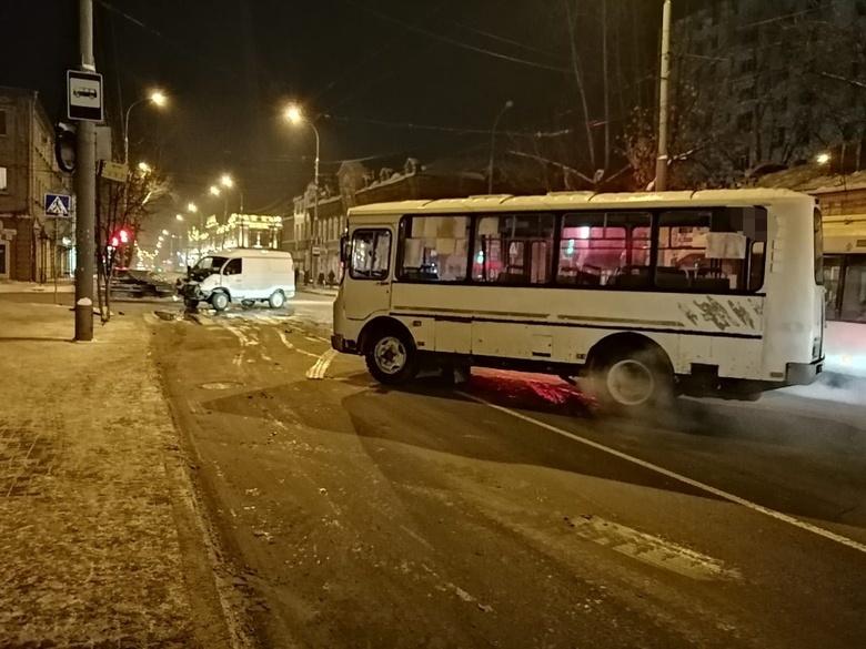 Три человека пострадали при столкновении «Газели» с ПАЗом в Томске