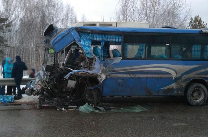 Автобус и грузовик столкнулись в Томской области, есть погибшие и пострадавшие