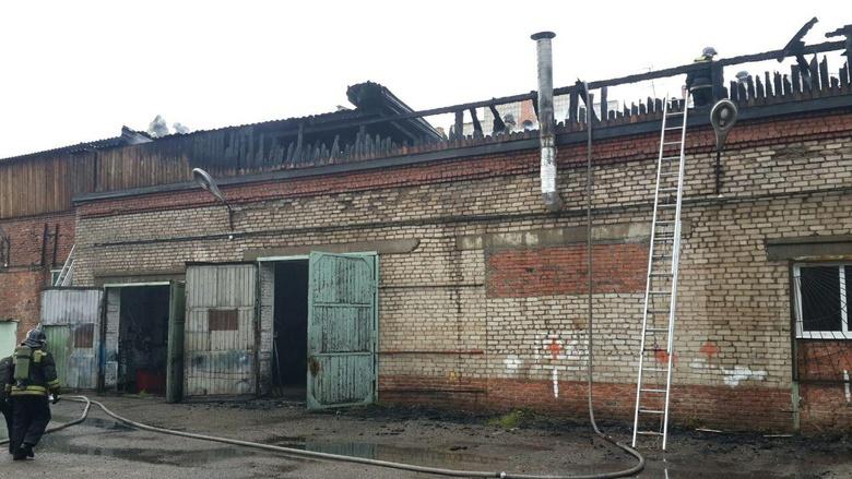 Крупный пожар произошел в гараже томского техникума на Суворова