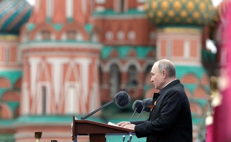 Путин на параде Победы упомянул про «недобитых карателей» и «попытки переписать историю»