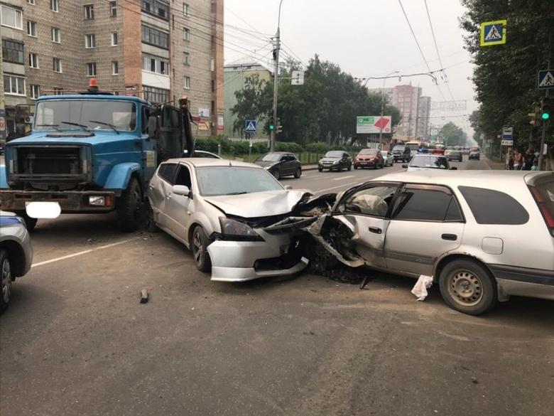 МВД: грузовик САХа спровоцировал воскресное ДТП с 2 иномарками на пр. Фрунзе