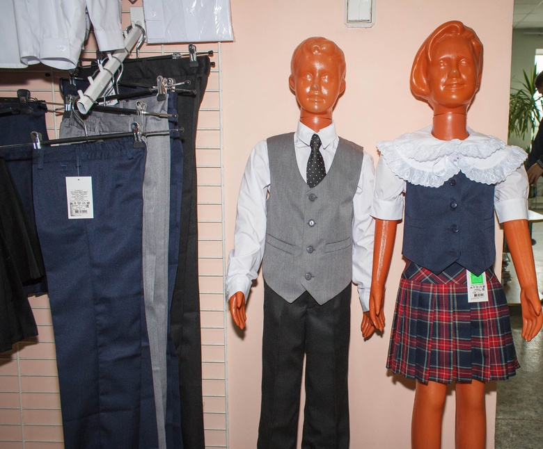 Роскачество дало оценку школьным брюкам от томской фабрики