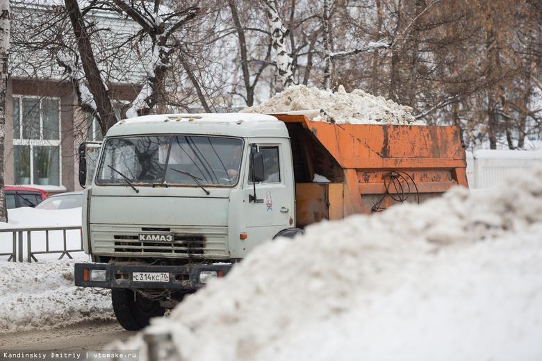 Подрядчики начали вывозить снег с участков Томска, которым грозит подтопление в паводок