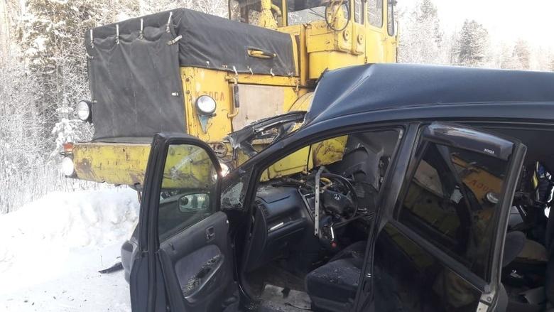 Водитель Honda выехала на «встречку» и врезалась в трактор на трассе Томской области