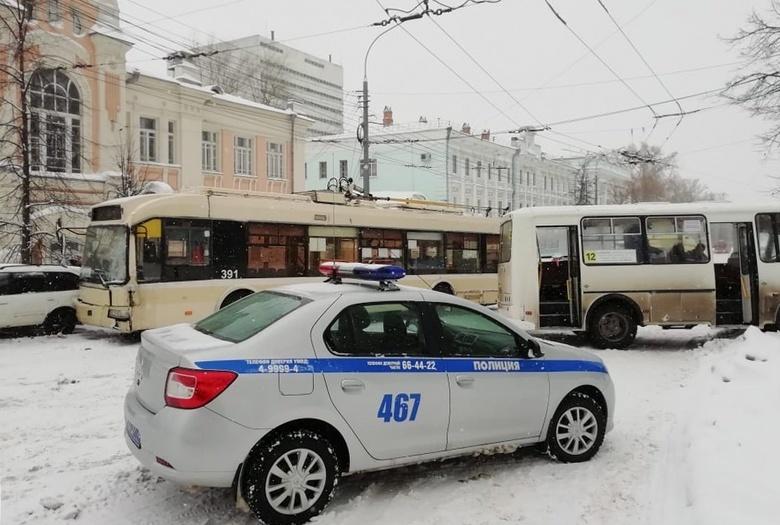 Маршрутка врезалась в троллейбус в центре Томска, движение заблокировано