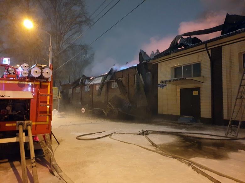 Цех производства картона и автосервис горели рано утром на Водяной