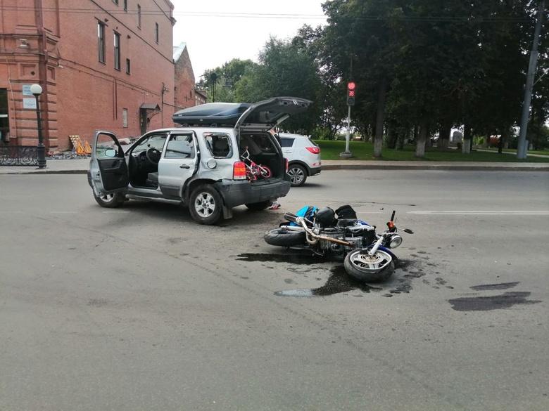 Мотоциклист попал в больницу после столкновения с иномаркой в центре Томска