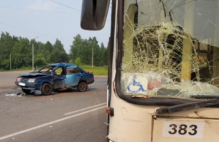 Четверо попали в больницу после столкновения ВАЗа и троллейбуса в Томске