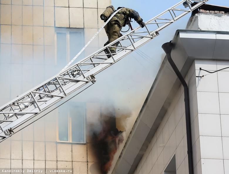 Крыша здания с ресторанами и магазинами горит в Томске на площади в 1 тыс «квадратов»