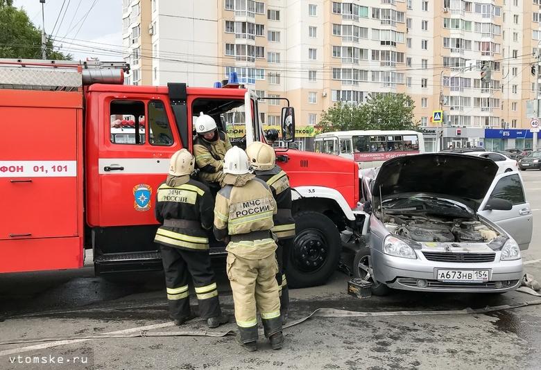 Пожарная машина врезалась в «Приору» на Иркутском тракте