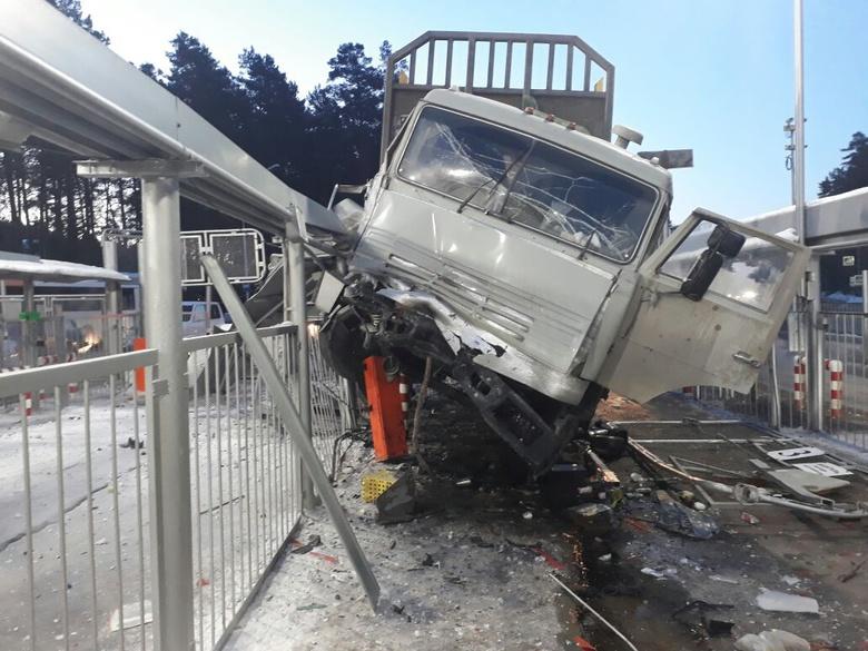 Пьяный водитель КамАЗа въехал в ограждение северского КПП