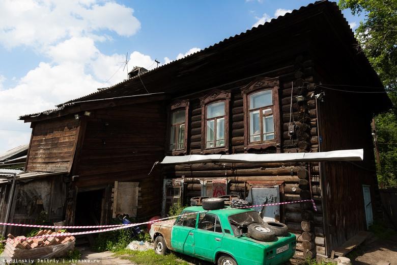 Спасатели эвакуировали жителей деревянного дома в Томске из-за угрозы обрушения