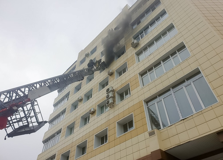 Более 20 человек эвакуировали из горящего здания онкологической клиники в Томске