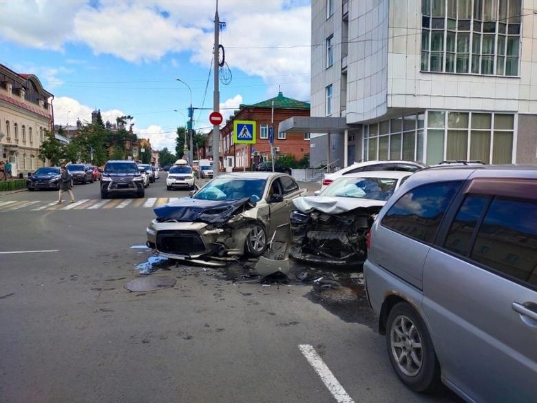 Двое попали в больницу после столкновения Volkswagen и Mitsubishi в Томске