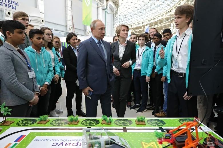 Школьник из Томска представил Путину робота для сбора чая