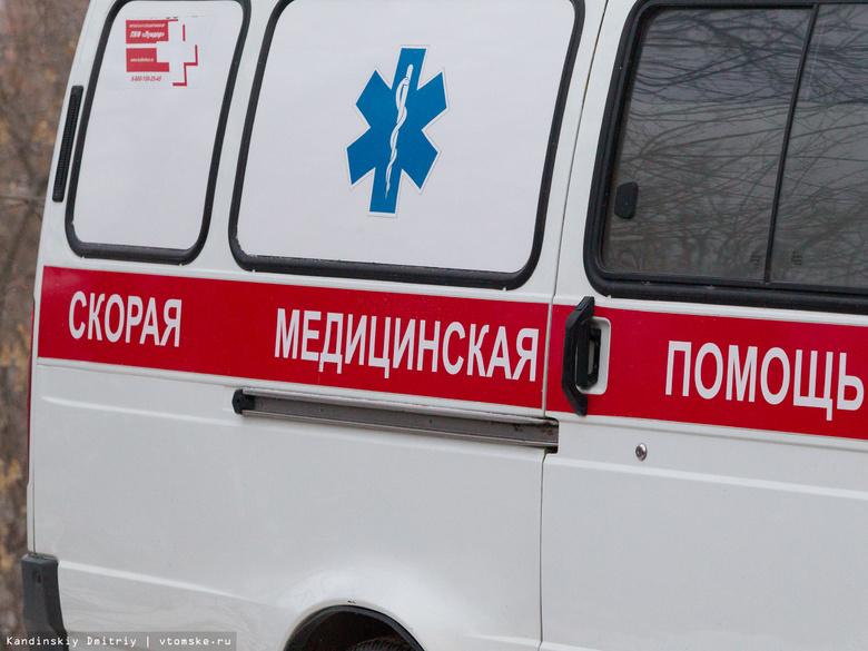 Мусорный бак отбросило на женщину с ребенком в Томске после ДТП