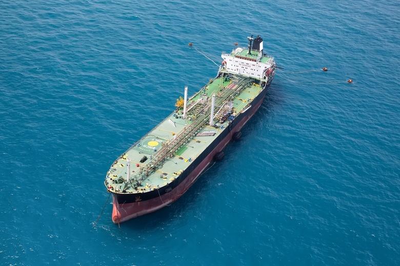 В Красном море на иранском танкере произошел взрыв, нефть попала в воду