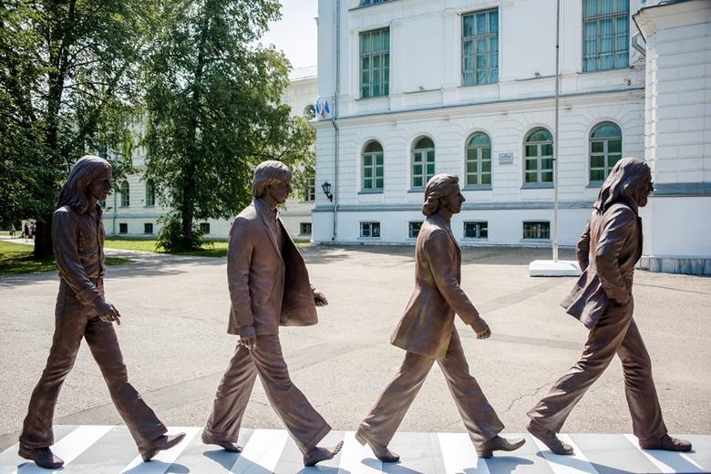 Шагающие The Beatles появились у главного корпуса ТГУ
