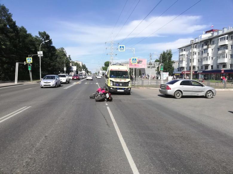Мотоциклист попал в больницу после столкновения с Toyota в Томске