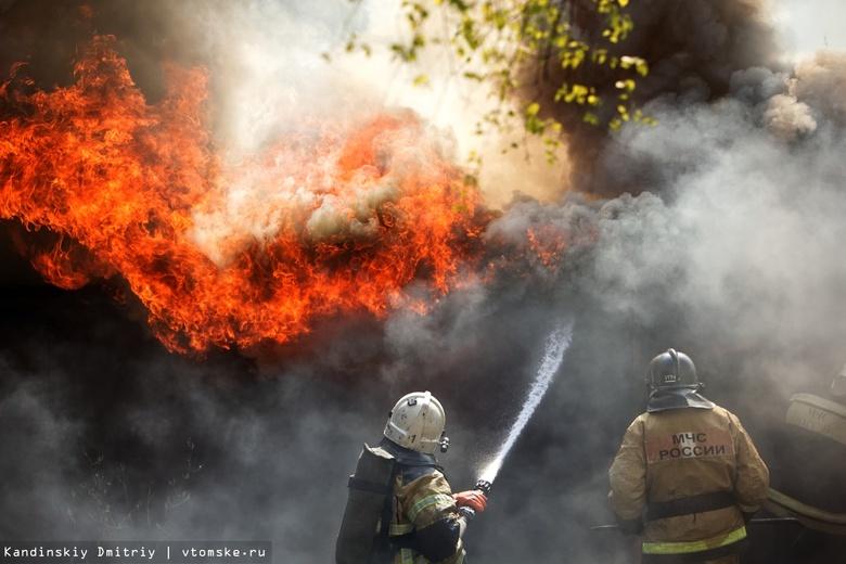 Два соседних дома горели ночью в Томской области
