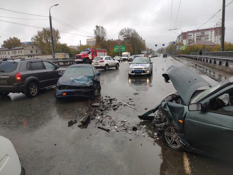 Двоих увезли в больницу после ДТП на путепроводе в Томске