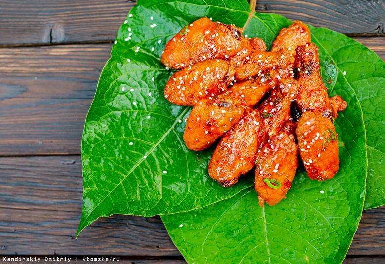 Готовить просто на гриле: стейк-сэндвич и куриные крылья в медово-имбирной глазури