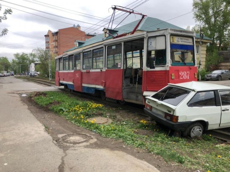 Женщина попала в больницу после столкновения ВАЗа с трамваем в Томске