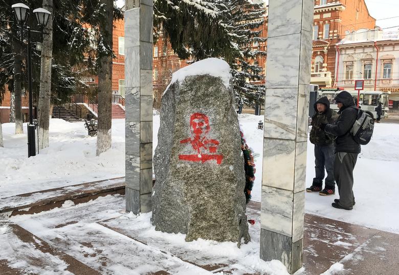 Полиция начала проверку после появления портрета Сталина на Камне скорби в Томске