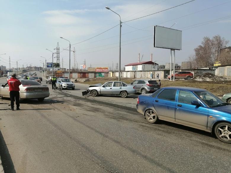 Четыре машины столкнулись на Елизаровых в Томске. Одна из них перевернулась