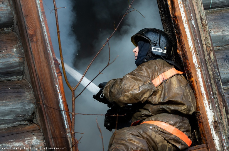 Пожарные вытащили 2 пенсионеров из окна горящего дома в Молчаново