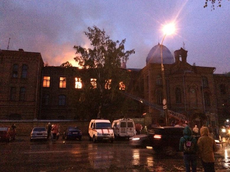 Пожарные уже 17 часов работают в горевшем здании ТВМИ в Томске