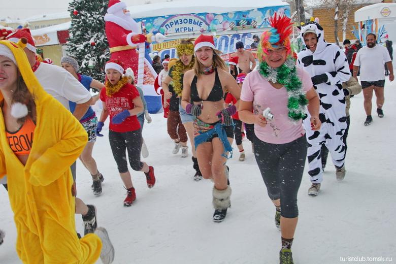 Томские «моржи» устроили карнавальный забег по центру города