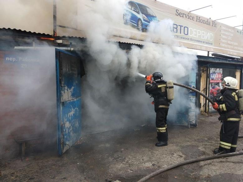 Крыша автосервиса загорелась в Томске