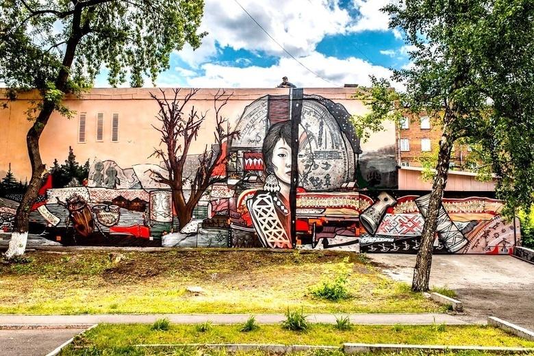 Художник из Томска создал граффити на фасаде здания в центре Новокузнецка