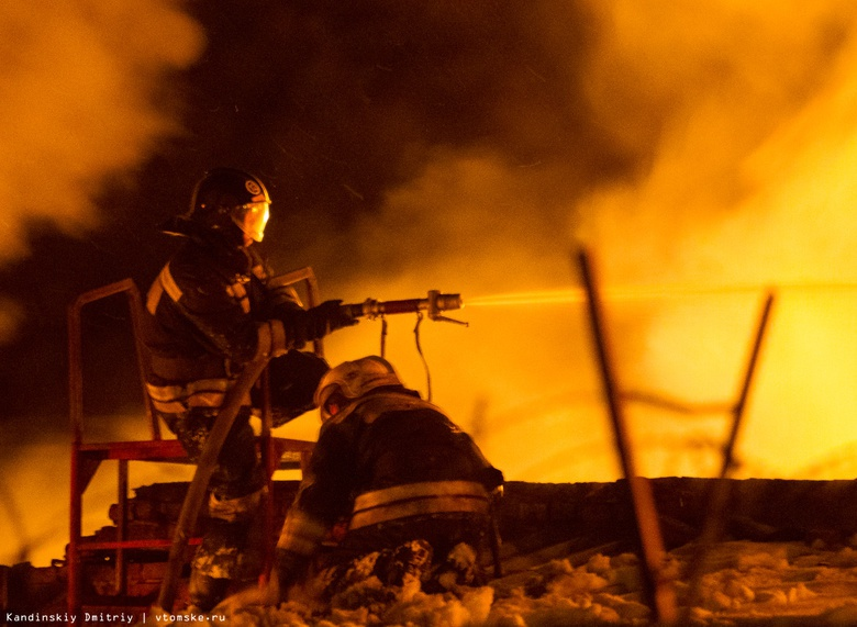 Крупный пожар в частном доме на Степановке в Томске попал на видео