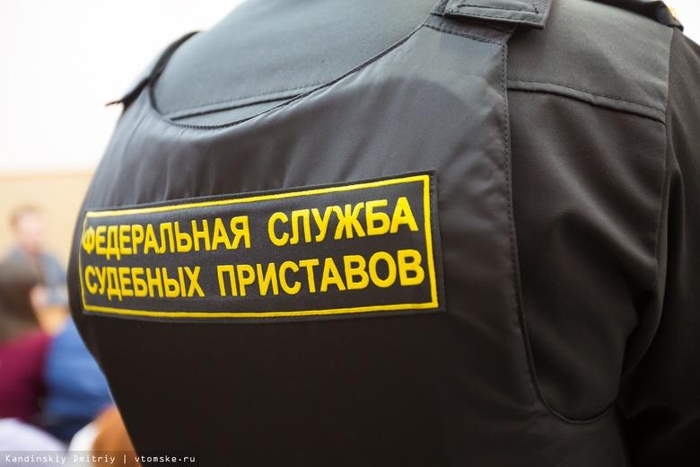 Приставы на трассе взыскали с томича наличными почти 100 тыс руб долга по налогам