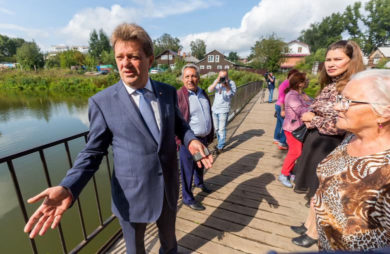 Мэр Иван Кляйн и местные жители на мосту через озеро Керепеть